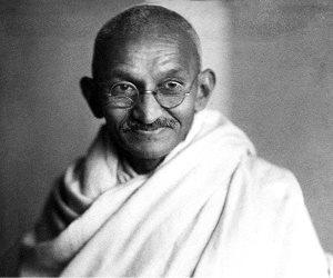 """وعلى المهاتما غاندي السلام.. هل الزعيم الهندي """"عنصري""""؟"""