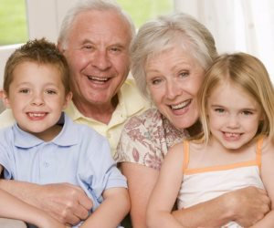 حب الأجداد لأحفادهم يأتي بالسلب علي صحتهم وأوزانهم