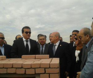 أراوح الشهداء تطوق وزير التعليم أثناء وضع حجر أساس جامعة الزقازيق (صور)