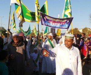 """أسوان تحتفل بالمولد النبوى تحت شعار """"ضد الإرهاب"""".. والآلاف يخرجون في مسيرة بطريق الكورنيش بالزغاريد"""