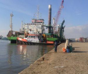 لسوء الأحوال الجوية دخول بارج عملاق وقاطرة لميناء البرلس