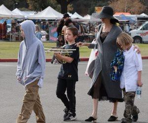 شاهد .. أنجلينا جولى تتسوق بصحبة أطفالها (فيديو)