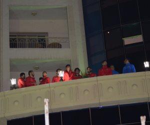 لاعبو الأهلى يردون التحية للجماهير الحمراء بالمنصورة (صور)
