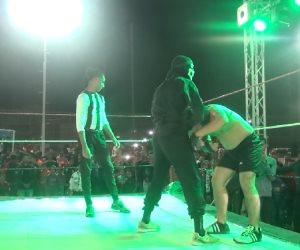"""""""إديله القاضية في الحتة الفاضية"""".. مباريات مصارعة حرة في السويس (صور)"""