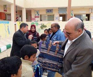 محلى رأس سدر يوزع شنط مدرسية مجانا بالقري و الوديان للوقاية من السرطان (صور)