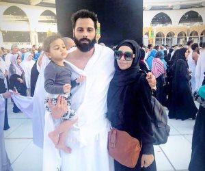 جنش ينشر صورة مع زوجته وابنته بزي الإحرام