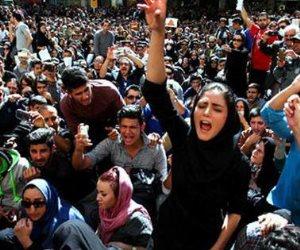 """اشتباكات عنيفة في شوارع طهران والسلطات تغلق تطبيقي """"انستجرام وتلجرام"""""""