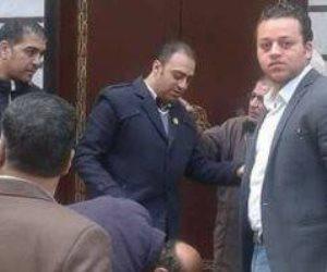 لبيس حذاء نائب المحلة يثير أزمة.. ماذا حدث على عتبة المسجد الكبير؟
