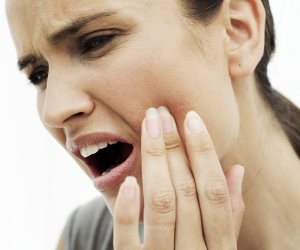 5 عادات سيئة تدمر صحة الأسنان أكثر من عدم غسلها