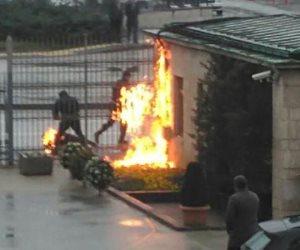 شاهد.. شاب يُشعل النار في نفسه بالقرب من البرلمان التركي