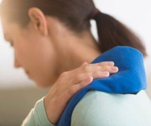 الكمادات الباردة والساخنة لعلاج آلام الكتف في المنزل