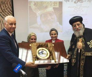 """رئيس جامعة الإسكندرية يهدى """"تواضروس"""" درع الجامعة.. والبابا يتحدث عن علاقته بخريجى كلية الصيدلة"""
