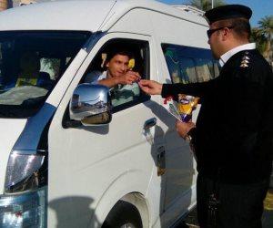 لليوم الثاني أمن شرم الشيخ يوزع ورد وشوكولاته على المواطنين بمناسبة عيد الشرطة