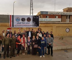 """تحت الأمطار بالورود والحلوى..""""من أجل مصر"""" فى العاشر تشارك الشرطة عيدها(صور)"""