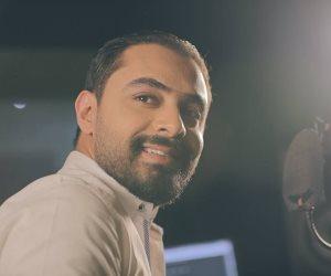 """""""المطرب المغمور"""".. أمير سامي  يغني للمرتبطين الجدد.. والنشطاء يشيدون بالمبادرة"""