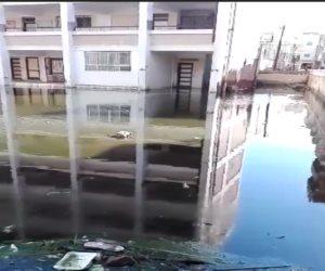 إلى وزير التعليم.. مدرسة تسبح وسط بحر من الصرف الصحي بالبحيرة (فيديو)