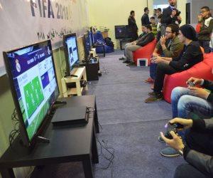 تسلية معرض الكتاب.. بطولة FIFA 2018 بجناح الألعاب الإلكترونية