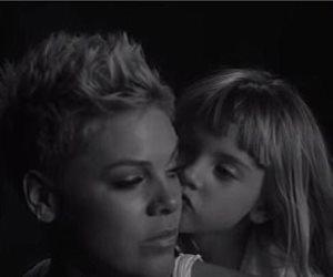 لحظة ظهور ابنة المغنية بينك في كليب Wild Hearts Can't Be Broken (فيديو)