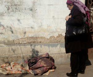ميدان المنيل مغطى بعرق المشردين.. سيدة مسنة ترفض نقلها من الشارع لدار رعاية (صور)