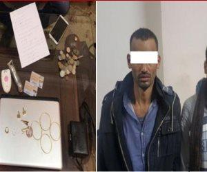 شاهد.. لحظة القبض على تشكيل عصابي تخصص في السطو على المنازل بالقاهرة الجديدة