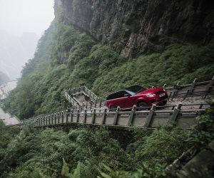 """شاهد.. رينج روفر تتحدى """"الجبل القاتل"""" في الصين"""