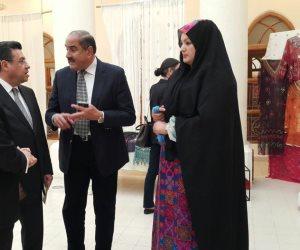 خلال معرض الحرف المصرية.. ورشة عمل للتدريب على المنسوجات السيناوية بالكويت (صور)