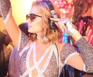 """باريس هيلتون تحتفل بأغنية """"I Need You"""" برفقة خطيبها (صور وفيديو)"""