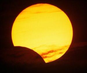اليوم.. العالم يشهد أول كسوف جزئي للشمس في عام 2018
