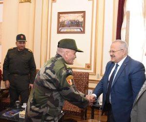 رئيس جامعة القاهرة يلتقي قائد الدفاع الشعبي والعسكري.. ويشيد بتضحيات القوات المسلحة (صور)