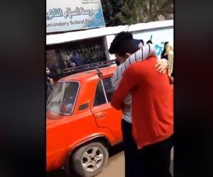 طالب ثانوي يحتضن ويقبل زميلته أمام مدرسة بإدارة السلام التعليمية (فيديو)