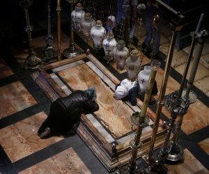 أجراس الكنائس تتوقف في القدس.. إغلاق كنيسة القيامة والاحتلال يصادر بطريركية الروم