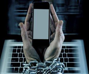 """""""الإدمان أنواع"""" لو أنت مدمن إنترنت وعايش مع تليفونك المحمول.. إليك العلاج"""