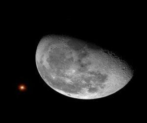 خلال ساعات.. القمر الأحدب يقع قرب كوكب المشترى كنقطة بيضاء ترى بالعين المجردة