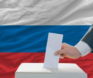 اقتراع مبكر لانتخابات الرئاسة الروسية وسط اتهامات بتدخلات أمريكية