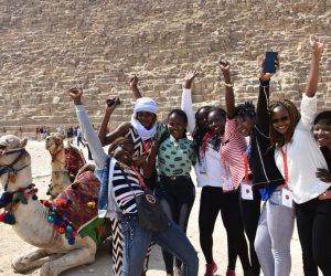 الفرق المشاركة ببطولة أفريقيا للطائرة تتجول في الأهرامات (صور)