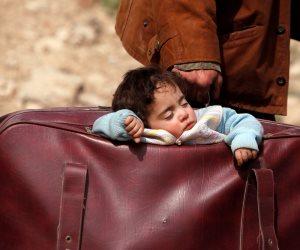 طفل الحقيبة.. التائه بين ظلمات الحرب والخروج إلى بر الأمان (صورة)
