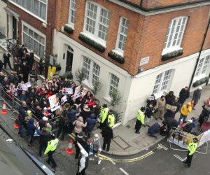 عناصر الإخوان الإرهابية يحاولون منع المصريين من الإدلاء بأصواتهم في لندن (فيديو وصور)