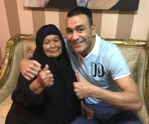 علشان ياخد شوية بركة.. والدة الحضرى تزوره بالقاهرة قبل انضمامه للمنتخب