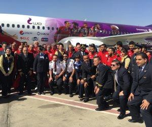 لاعبو المنتخب الوطني يلتقطون صورة تذكارية مع الطائرة الخاصة