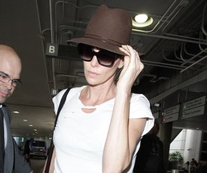 بعد عودتها من دبي.. تشارليز ثيرون تغادر مطار لوس أنجلوس (صور وفيديو)