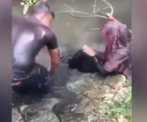 «لو فكرت تعط هتتلط».. عقوبة الفعل الفاضح: الاستحمام بمياه الصرف (فيديو)