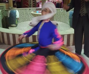 «فراشة التنورة» تبهر الناظرين.. محمد طفل السابعة المبدع في الرقص (فيديو وصور)