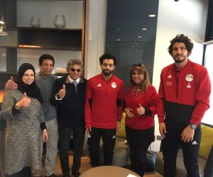 الجالية المصرية في ألمانيا تلتقط الصور التذكارية مع محمد صلاح ونجوم الفراعنة (صور)