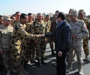 السيسي يزور قاعدة جوية في سيناء: سنحتفل قريبا بالانتصار على خوارج العصر