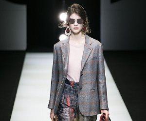 «جورجو أرمانى» يقدم مجموعة من الأزياء للعام القادم بالقبعة الفرو والهوت شورت