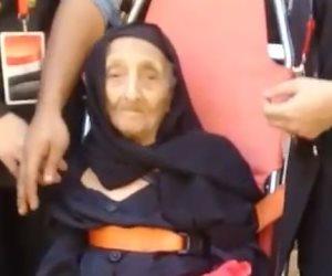 أكبر ناخبة مصرية.. الشرطة تنقل معمرة تخطت الـ 100 عام للإدلاء بصوتها (صور)