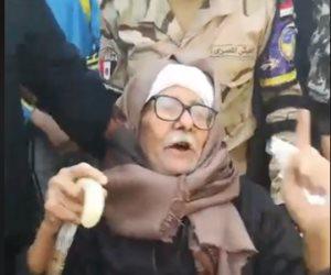 مسن يفاجئ المواطنين بوصلة رقص بالعصا بالجمالية (فيديو)
