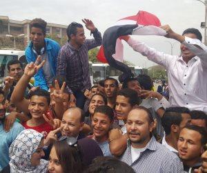 مسيرة لطلاب جامعة أسيوط في طريقها إلى اللجان الانتخابية (صور)