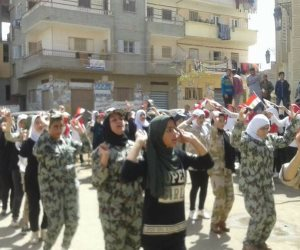 طالبات بالدقهلية يشاركن في انتخابات الرئاسة بعرض عسكري (صور)