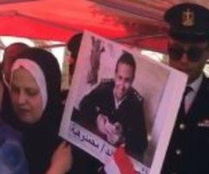أمهات شهداء الشرطة يحملن صورهم داخل لجان الانتخابات الرئاسية